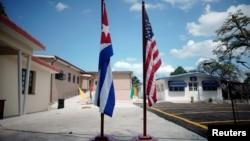 Banderas de Cuba y EEUU en el Museo Ernest Hemingway, en La Habana.
