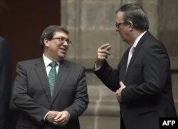 A la izquierda, el canciller cubano Bruno Rodríguez Parrilla, conversa con su homólogo mexicano Marcelo Ebrard durante la ceremonia de recepción de la delegación cubana en el Palacio Nacional (Foto: Alfredo Estrella/AFP).