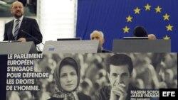 El presidente del Parlamento Europeo, Martin Schulz (izq), ofrece un discurso sobre una imagen de los opositores iraníes Nasrin Sotoudeh y Jafar Panahi, ganadores del premio Sájarov a la Libertad de Conciencia 2012.