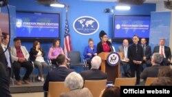 La doctora cubana Tatiana Carballo ofrece su testimonio en conferencia de prensa en el Departamento de Estado de EEUU.