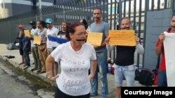 Refugiados cubanos en Trinidad y Tobago protestan frente a la sede de la ACNUR.
