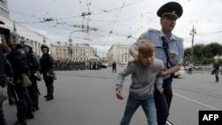 Policía ruso arresta a adolescente en protesta por aumento edad de pensiones.