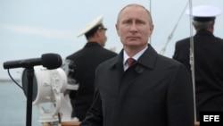 Vladimir Putin preside desfile militar en Crimea.