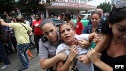 Eralides Frómeta Polanco, Damas de Blanco, es detenida, entre hostigamiento e insultos de sectores oficialistas, en La Habana (10 de diciembre, 2015).