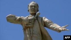 Monumento a José Martí en Ciudad de Guatemala. (Johan Ordoñez/AFP)