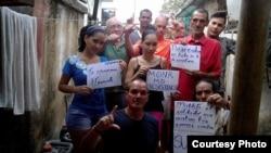 Activistas del Movimiento Opositores por una Nueva República (MONR).