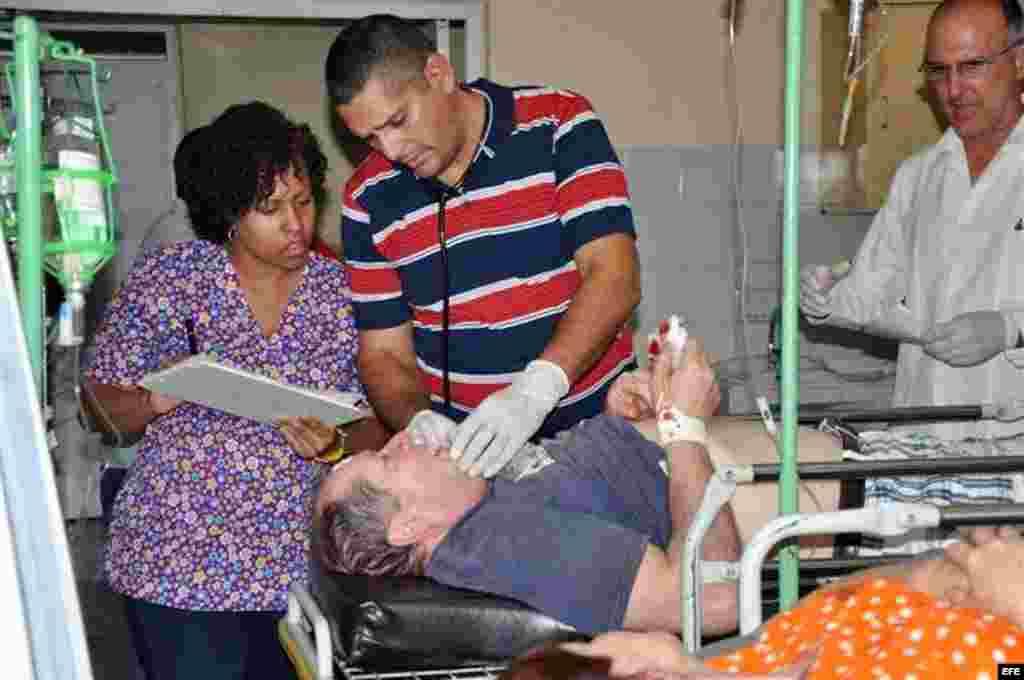 En el accidente ocurrido en Santi Spíritus, uno de los heridos es atendido el sábado 2 de abril de 2016.