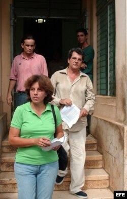 Payá (d) abandona la sede del Parlamento cubano luego de entregar una caja con 14364 firmas de ciudadanos avalando las reformas que promueve el Proyecto Varela. Lo acompañan su esposa y un activista del MCL.