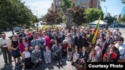 Participantes en el acto frente al Monumento a las Víctimas del Comunismo