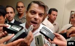 Foto Archivo. En esta foto del 2004 el entonces canciller cubano Felipe Pérez Roque es entrevistado por varios medios de prensa.