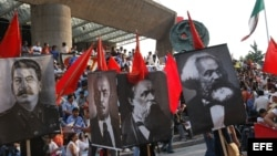 Pancartas de los dirigentes socialistas (izq a der) Stalin, Lenin, Federico Engels y Carlos Marx.