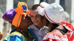 ¿Puede el cubano relacionarse libremente con turistas?