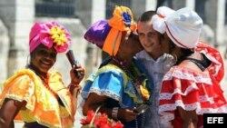 Un turista ruso se toma fotos con mujeres cubanas