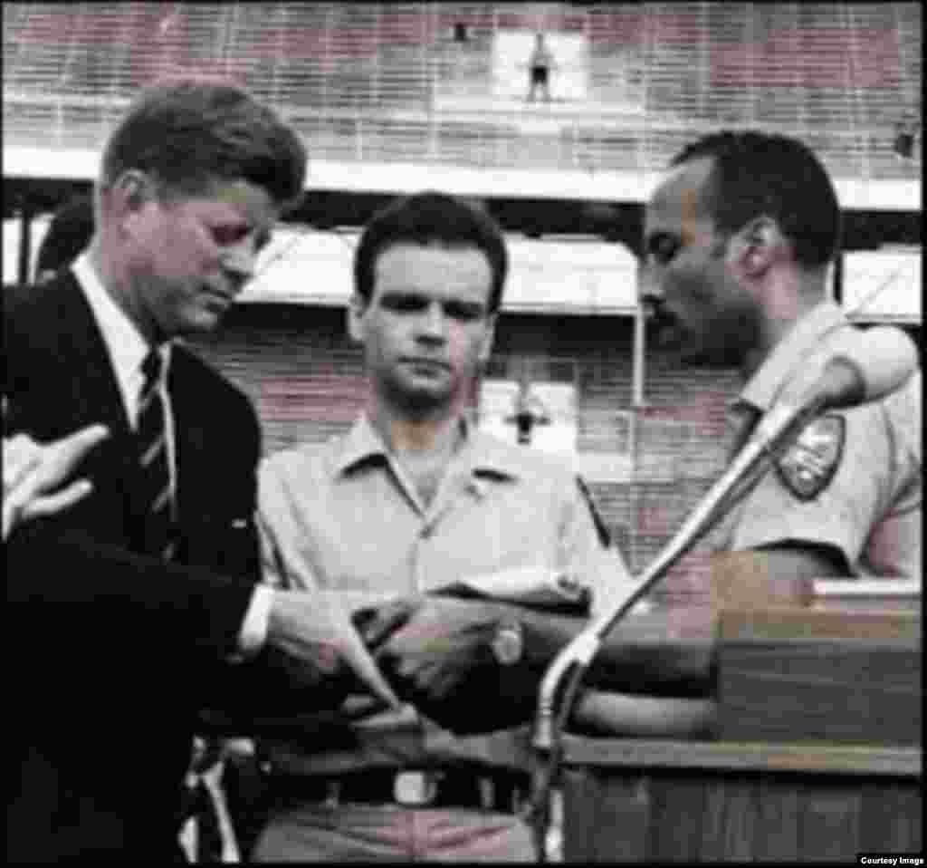 El 29 de diciembre de 1962, Oliva se dirigió a miles de veteranos de la Brigada 2506 y sus familias, reunidos durante una ceremonia en el estadio Orange Bowl de Miami, donde se le entregó al presidente John F. Kennedy la bandera de la Brigada.