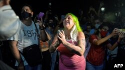 La cantante Dianelys Alfonso, conocida como La Diosa, entre los manifestantes ante el MINCULT.