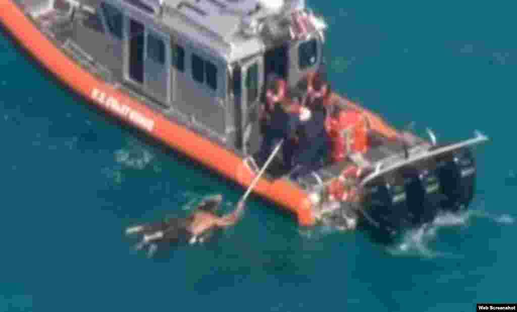 Seis balseros al parecer cubanos fueron hrescatados por la Guardia Costera de EE.UU. a 5 millas de Key Byscaine.