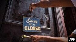 """El cartel del """"cerrado"""" en la paladar Nelson's Café en La Habana."""