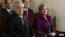 El presidente de Chile Sebastián Piñera (i) y su esposa Cecilia Morel (d) asisten a una liturgia en conmemoración de los 40 años del golpe de estado en el Palacio de La Moneda en Santiago de Chile (Chile).