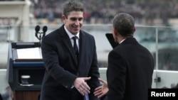 Barack Obama saluda al poeta Richard Blanco luego de su participación en la ceremonia inaugural de su Presidencia.