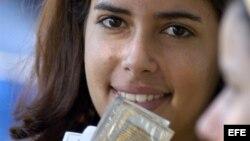 Una promotora de salud, que trabaja en el grupo de prevención de VIH-SIDA, muestra unos condones que fueron repartidos en La Habana (Cuba).