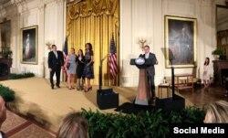 Litz Alfonso recibe la distinción en la Casa Blanca. Tomada del Facebook de Ricky Arriola.