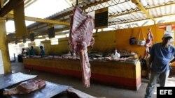 Archivo - Varios carniceros esperan la llegada de clientes en un agromercado de La Habana (Cuba).
