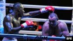 El boxeador cubano Erislandy Savón (i) se enfrente al ruso Vitaly Kudukhov hoy, viernes 6 de diciembre de 2013, durante una pelea por los 91 kgs de la IV Serie Mundial de Boxeo, en La Habana (Cuba). EFE/Ernesto Mastrascusa