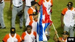 Jugadores de Villa Clara, Cuba, celebraban su victoria ante Indios de Mayagüez de Puerto Rico el 4 de febrero de 2014, durante un juego de la Serie del Caribe 2014, en el Estadio Nueva Esparta, en Margarita (Venezuela).