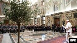 Papa Francisco (d) pronunciando unas palabras durante una audiencia privada con los componentes de las selecciones de rugby de Argentina e Italia, en El Vaticano.