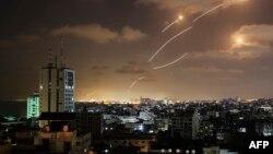 Cohete lanzado por Hamas es interceptado por defensa aérea de Israel.