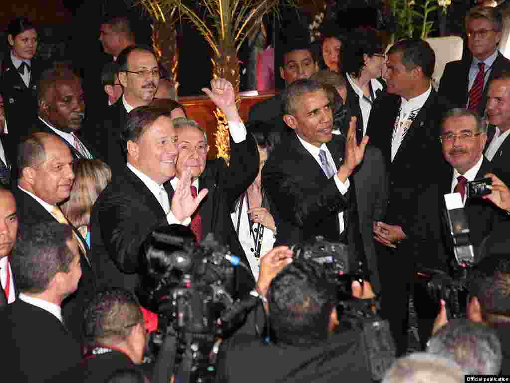 Obama, Raúl Castro y el presidente de Panamá.