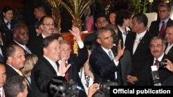 Se saludan el presidente Barack Obama y el general Raúl Castro en encuentro informal de la Cumbre de Panamá.