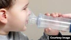Los bebes de tres meses de edad adquieren los microorganismos de su entorno natural.