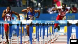 De izquierda a derecha, el cubano Orlando Ortega, el colombiano César Villar y el cubano Dayron Robles cuando competían el 28 de octubre de 2011, en la final de 110 metros vallas de los Juegos Panamericanos, en Guadalajara, México.
