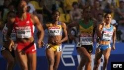 Libania Grenot (d) compite por Italia en la prueba de 400 metros.