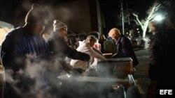 Voluntarios de una iglesia sirven comidas a los residentes necesitados en la sección Broad Channel de Queens, Nueva York (EE.UU.).