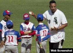 José Abreu con niños cubanos.