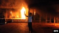 """La administración Obama explicó primero el ataque en Bengazi, Libia, como una protesta """"secuestrada"""". Luego se precisó que había sido un plan terrorista. En la foto, un atacante armado frente a las llamas."""