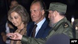 El Rey Juan Carlos y la Reina Sofía fueron recibidos por Fidel Castro el 14 November 1999 en su viaje a Cuba por la IX Cumbre Iberoamericana. AFP/ Christophe Simon