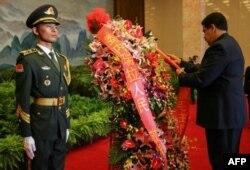 El presidente venezolano Nicolás Maduro deposita una ofrenda floral en el mausoleo de Mao Zedong, en Pekín, el 14 de septiembre de 2018, en una imagen difundida por la presidencia venezolana© Venezuelan Presidency/AFP FRANCISCO BATISTA