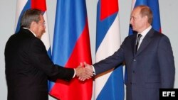 Raúl Castro (i), estrecha la mano del primer ministro ruso, Vladimir Putin. Foto Archivo