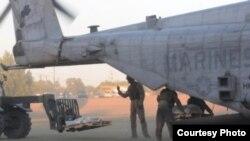 Marines estadounidenses descargan ayuda humanitaria para las víctimas de los terremotos en Nepal.