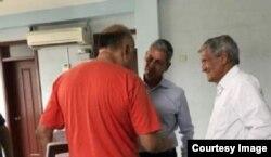 Lalo Gala (izquierda) recibe la vista de Armando Valladares (derecha) y Marcel Feraud (centro).