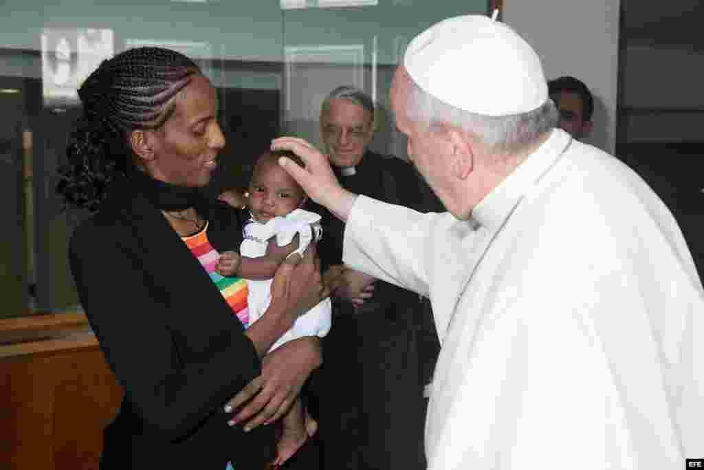 Papa Francisco (d) junto a Mariam Yahya Ibrahim (i) y su hija (c) en la Residencia de Santa Marta, en el Vaticano.