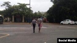 Imagen compartida en Facebook por la profesora Omara Ruiz Urquiola, del momento en que el artista independiente Luis Manuel Otero Alcántara era conducido a la estación policial de Cuba y Chacón, en La Habana Vieja.