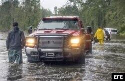 Rescatistas auxilian a víctimas de las inundaciones en el condado Dillon, Carolina del Sur.