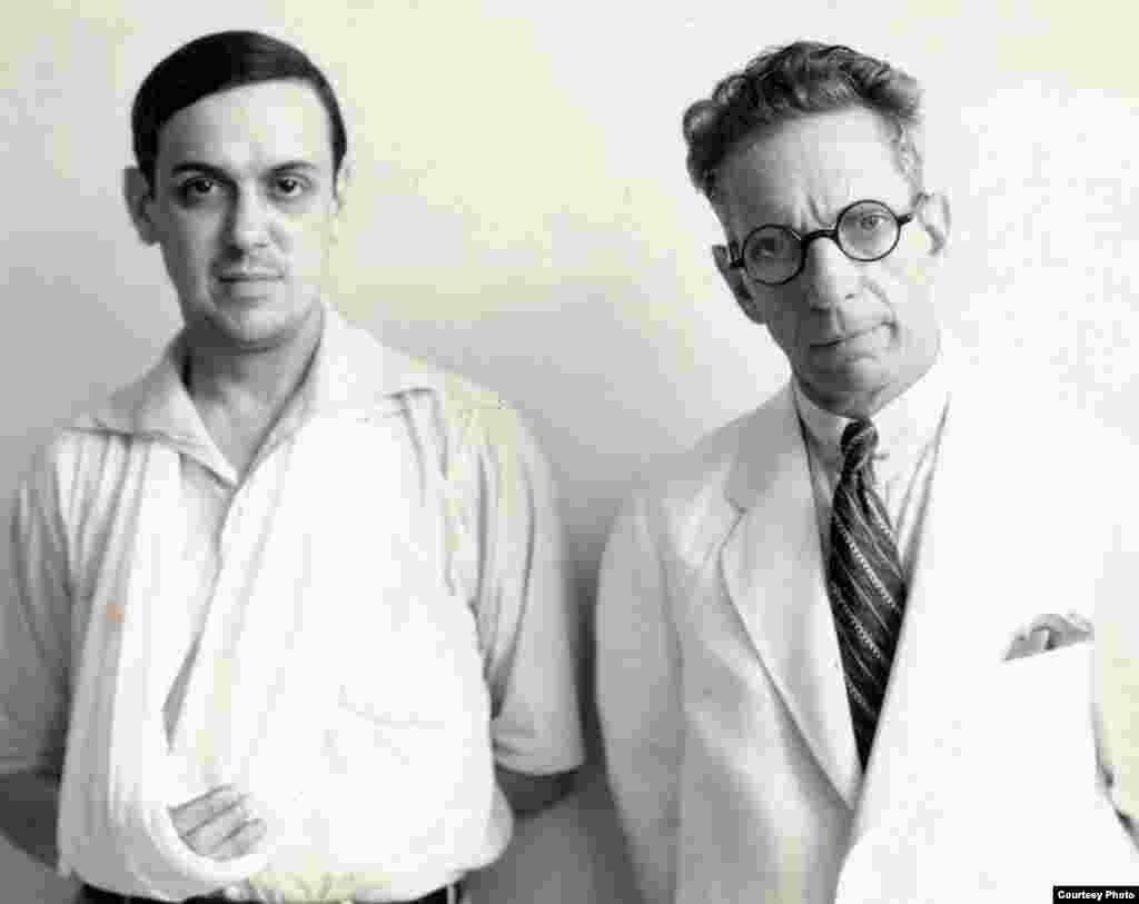 Ernesto Lecuona en 1933 después de herirse un tendón de la mano derecha con la porcelana rota de una llave de agua. Le acompaña el doctor Ledón.