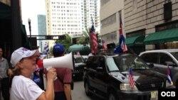 Protesta ante el consulado de Bahamas en Miami. Fotos de Ricardo Quintana.