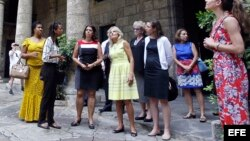 La esposa del vicepresidente Joe Biden, Jill Biden (c), visita Cuba.