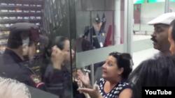 Reporta Cuba. La Dama de Blanco Magalis Norvis Otero indaga ante las autoridades del Aeropuerto de San Salvador.